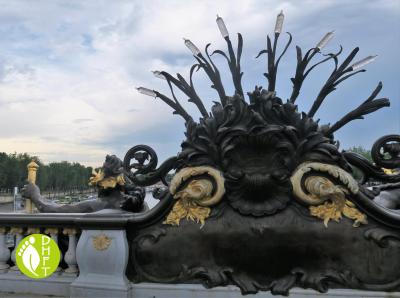 Paris Sehenswuerdigkeit Pont Alexandre III Nymphe von hinteren Sicht