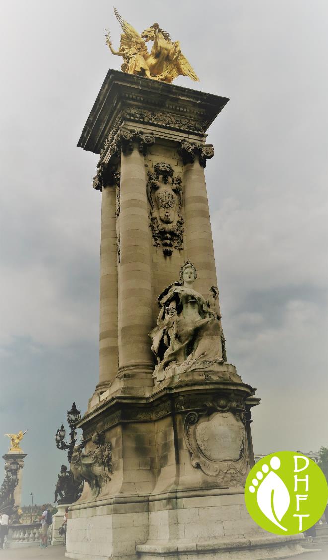 Paris Sehenswuerdigkeit Pont Alexandre III Pylone und statue